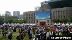 """Түштүк Кореянын Сеул шаарында өткөн улуттар аралык """"Достук"""" фестивалына Кыргызстандын элчилигинин колдоосу менен аталган коомдук уюм жана студенттер катышты."""