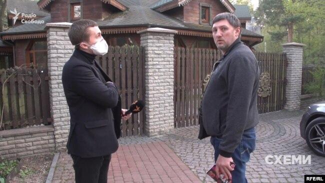 Майже одразу до журналістів підійшов чоловік і почав погрожувати