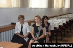 Гульнар Байгазина (слева) и Назым Киябекова (в центре), кандидаты в акимы Таусамалского сельского округа Алматинской области. 11 июля 2013 года.