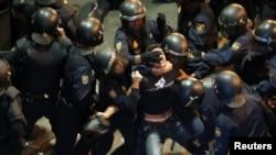 Демонстранты и полиция перед зданием парламента в Мадриде