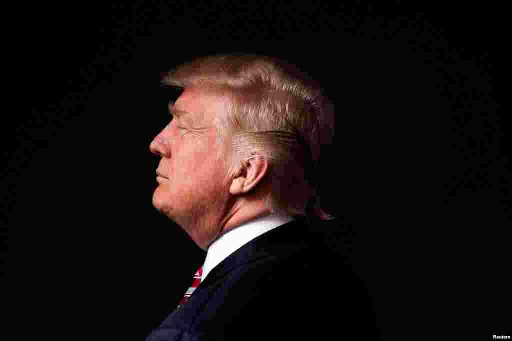 Дональд Трамп Избранный президент США вступает в должность 20 января. Политика, которую он будет проводить, даже если она не в полной мере будет соответствовать его предвыборным обещаниям, может иметь огромные последствия для Европы. Внезапное расширение американского бюджета может расшевелить стагнирующую экономику ЕС и тем самым вернуть континенту политическую стабильность. В то же время, протекционистские меры в торговле, которые Трамп тоже обещал, могут дать противоположный эффект. Туманные высказывания Трампа о финансировании НАТО и его стремление сблизиться с Россией могут подтолкнуть Европу к мысли о выработке самостоятельной оборонной стратегии и создании собственной армии.