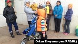 На акции протеста семей, которых выселяют из их домов в бывшем дачном массиве. Астана, 24 июля 2014 года.