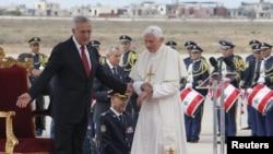 Попи Ром Бенедикти XVI дар фурудгоҳи Бейрут