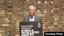 Английский журналист Джон Сноу, участник акции в поддержку Э.Фатуллаева