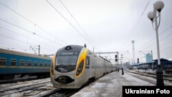 Потяг Hyundai на залізничному вокзалі у Києві, 3 січня 2013 року