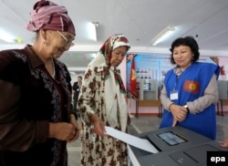 Женщины на избирательном участке. Бишкек, 4 октября 2015 года.