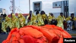 Migranți africani salvați de Paza de coastă spaniolă și duși pe insulele Chafarinas, în Marea Mediterană. Urmează ca, după aceea, să fie duși cu vaporul în enclava africană Melilla