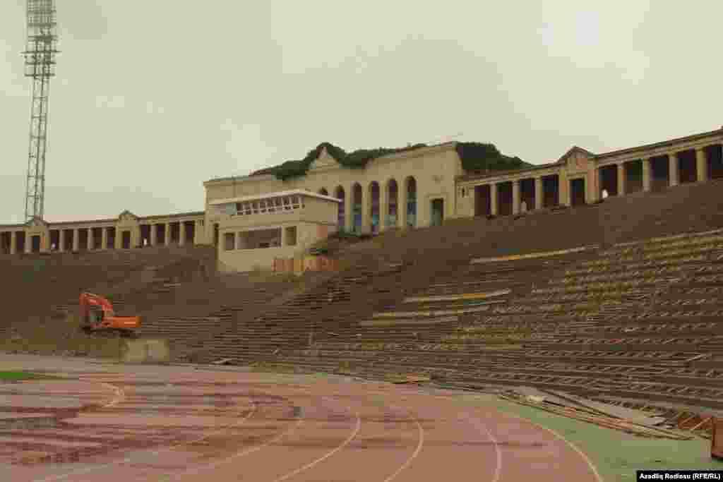 Prezident İlham Əliyevin bu ilin iyulunda imzaladığı sərəncamla Bakının mərkəzindəki bu stadionun üstü bağlanacaq, işıq sistemləri yenilənəcək