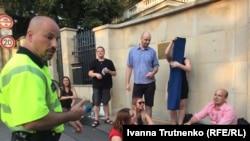 Акція «Миття в тазику» біля посольства Росії, Прага, 30 липня 2018 року