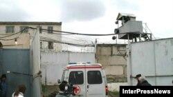 Карета «скорой помощи» въезжает на территорию тбилисской тюрьмы