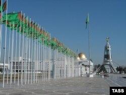 Вид на «Арку нейтралитета» в Ашгабате.