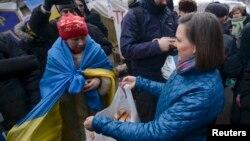 Виктория Нуланд раздаёт бутерброды