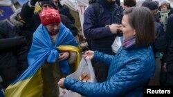 Сьогодні ж Вікторія Нуланд побувала на Майдані і пригощала демонстрантів печивом