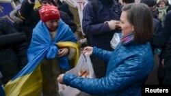 ویکتوریا نولاند، معاون وزیر خارجه ایالات متحده. روز چهارشنبه ۲۰ آذر ۱۳۹۲ - ۱۱ دسامبر ۲۰۱۳ در میدان استقلال کیف.
