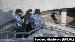 Полицейские уводят Гульсару Лебекову от здания парламента. Астана, 25 февраля 2013 года.