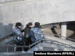 Полицейские уводят Гульсару Лебекову с места акции протеста у парламента. Астана, 25 февраля 2013 года.