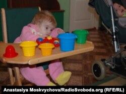 Дівчинка не може самостійно ковтати. Її годують через зонд. Хмельницький, 21 жовтня 2011 року