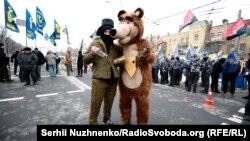 Під час акцій протесту проти виборів російського президента біля посольства Росії у Києві, 18 березня 2018 року