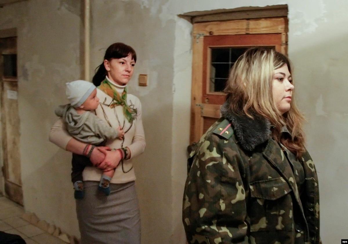 zaklyuchennaya-i-nadziratel-video-na-russkom-lezhit-na-krovati-i-soset-huy