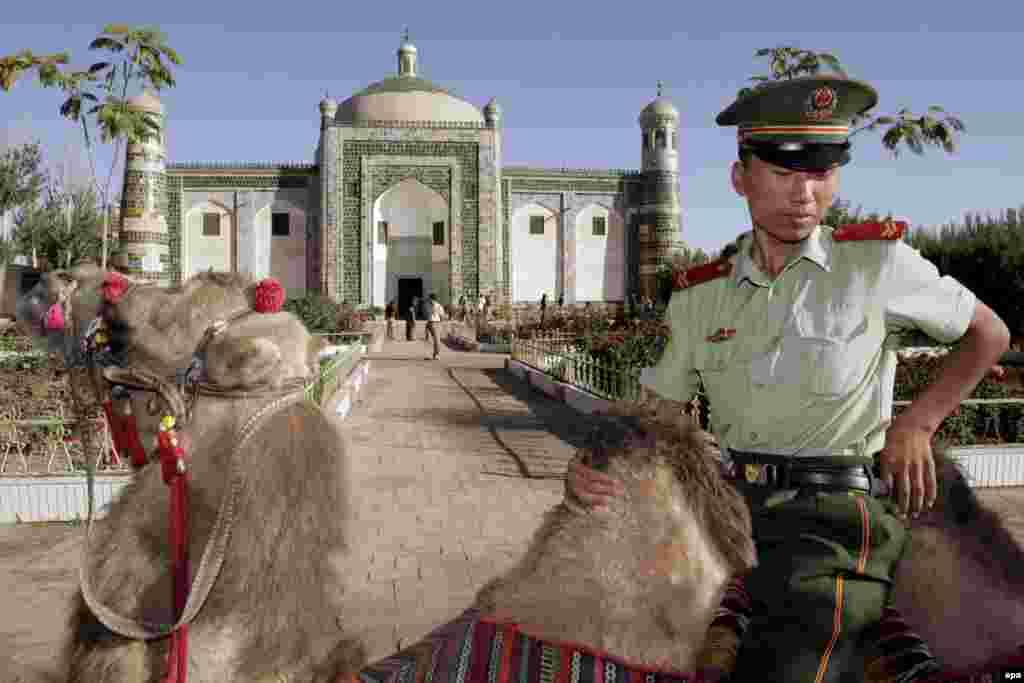 На страже социализма с китайской спецификой. Полицейскую службу в Синьцзяне несут в основном ханьцы (китайцы). Верблюжий патруль у ворот усыпальницы уйгурского властителя Апак Ходжи, сооруженной в 1640 году.