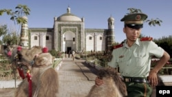 Офицер китайской полиции у мавзолея Аппак-Ходжа в Кашгаре.