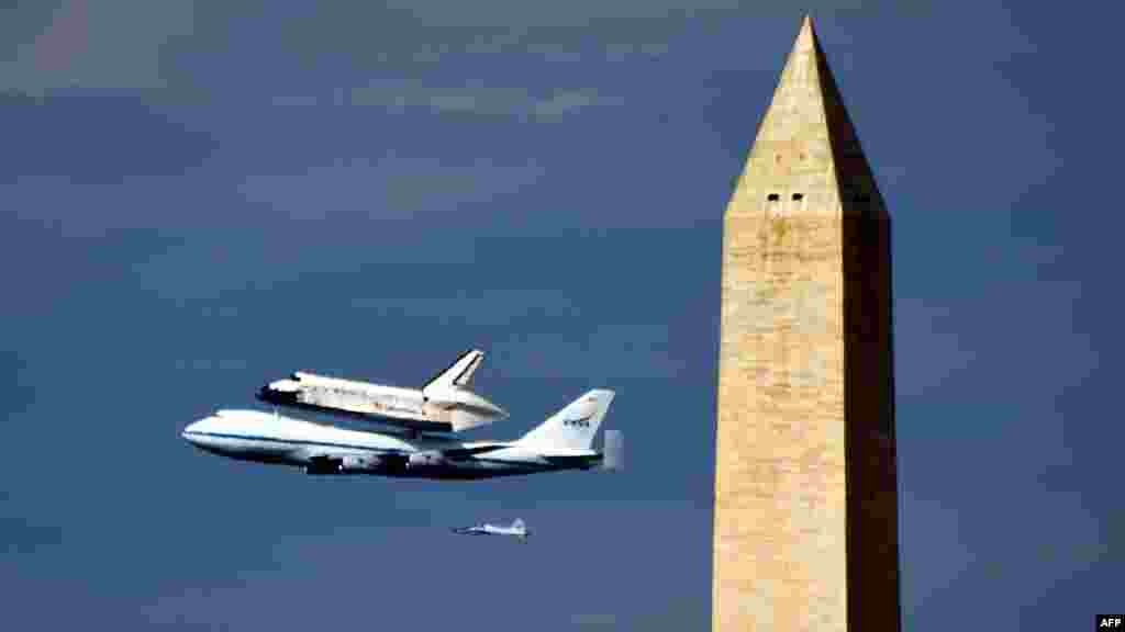 "The space shuttle ""Discovery"" sitting atop NASA's 747 shuttle carrier aircraft flies over the Washington Monument in Washington, D.C. (AFP/ Mladen Antonov)"