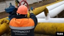 Робітник перевіряє газорозподільну систему у Донецьку. Березень 2015 року