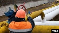 Працівник перевіряє газорозподільну систему «Донецьк 1» у Донецьку. 3 березня 2015 року