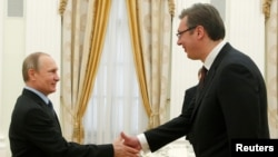 Президент России Владимир Путин приветствует премьер-министра Сербии Александра Вучича во время встречи в Москве. 26 мая 2016 года.