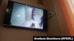 Видеокадр из видеозаписи, просмотренной в суде, из коридора Центра медицинской и социальной реабилитации Астаны (ЦМСР), на котором запечатлен ещё живой Николай Кривенко, который сидит связанный на полу. Астана, 27 октября 2017 года.