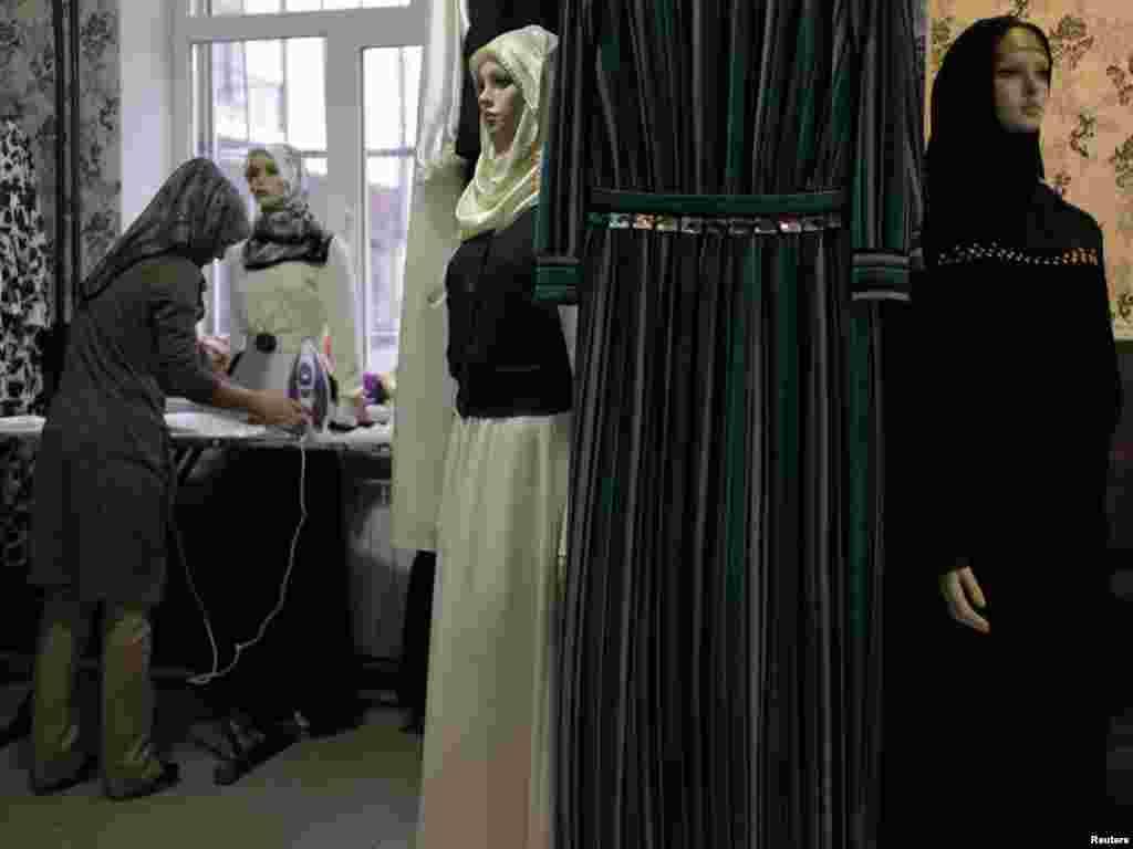Unele femei încep la un magazin de îmbrăcăminte ca la Groznîi în Cecenia. Cînd credincioșii se angajează să facă hadjalîcul și își pun o podoabă cunoscută la Ihran, pelerinajul este considerat ca apropiat.