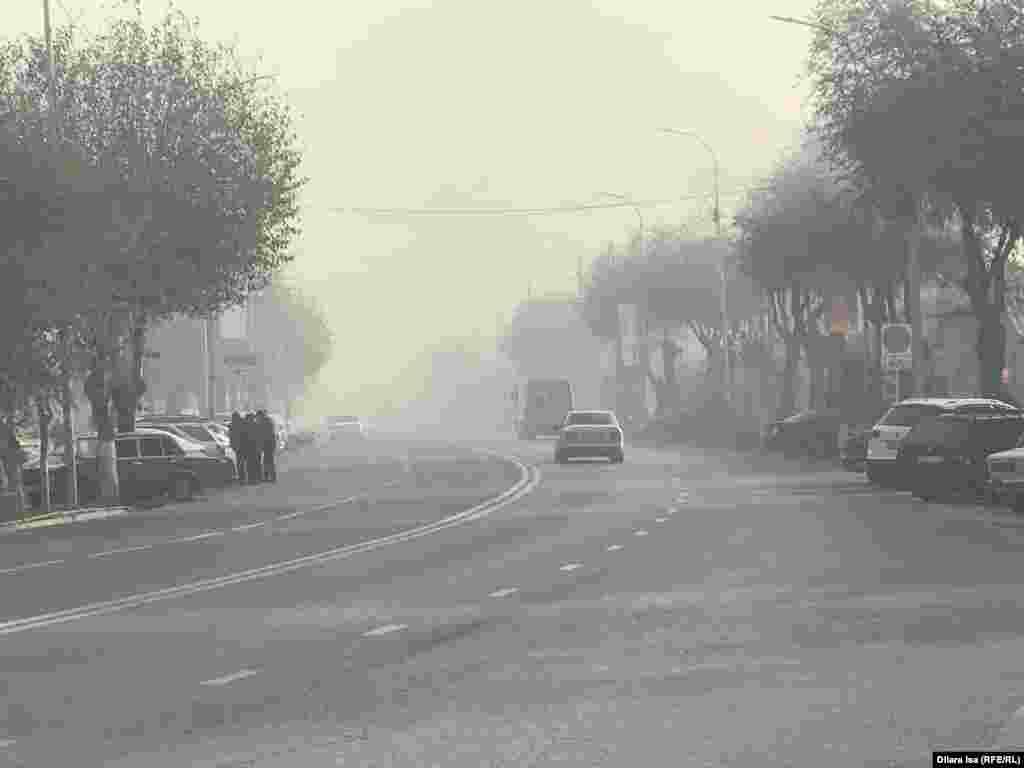 Көшеде түтін тұман сияқты көрінеді. Түркістан қаласы, 15 қараша 2019 жыл.