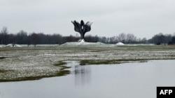 Kameni cvijet, spomenik u Jasenovcu