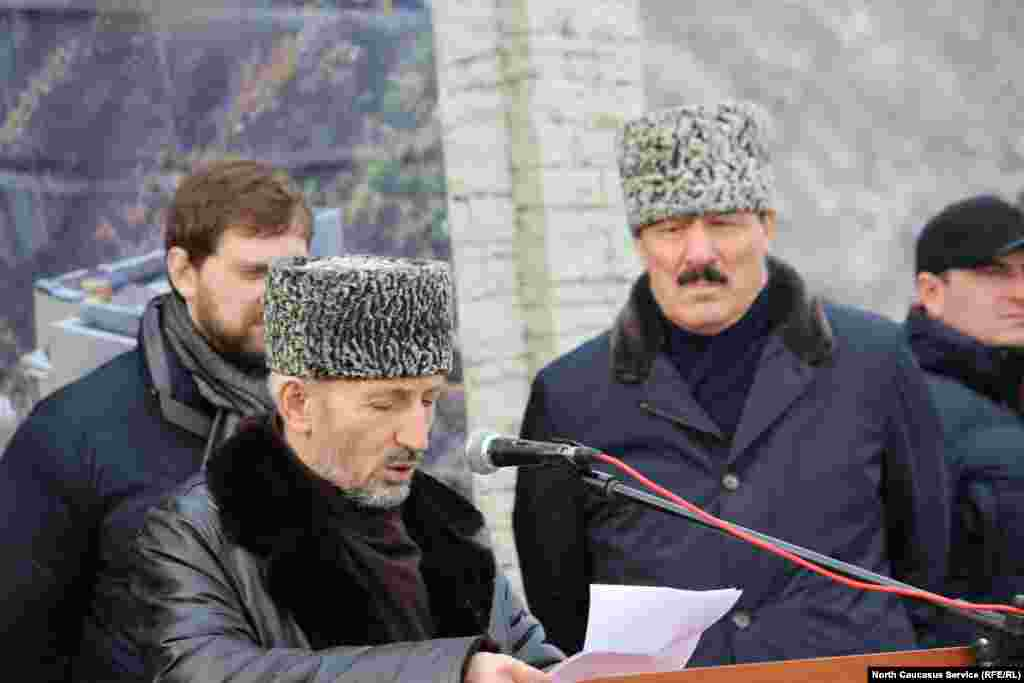 Муфтий Дагестана Ахмад-хаджи Абдуллаев был одним из основных консультантов при строительстве мемориального комплекса.