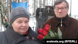 Бацькі Міхася Жызьнеўскага на магіле сына, 22 студзеня 2016 году