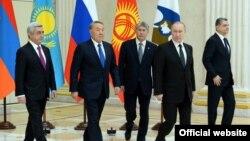 Еуразия экономикалық одағына мүше елдер басшылары Санкт-Петербургте өткен саммит кезінде. Ресей, 26 желтоқсан 2017 жыл.