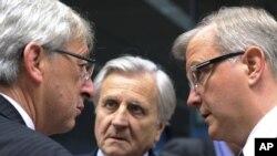 Председатель Еврогруппы, премьер-министр Люксембурга Жан-Клод Юнкер (слева) обсуждает с евроколлегами пути выхода Греции из кризиса