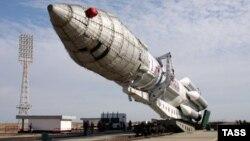 """Транспортировка ракеты-носителя """"Протон-М"""" на стартовую площадку на космодроме Байконур. 14 сентября 2009 года. Иллюстративное фото."""