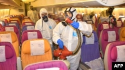 ضد عفونی کردن یک هواپیما در بانکوک، پایتخت تایلند، با هدف جلوگیری از ویروس کرونا