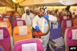 Дэзынфэкцыя самалёта кампаніі Thai Airways