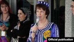 Сюзан Эллиотт в таджикской национальной одежде