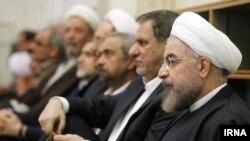 اسحاق جهانگیری (نفر دوم از راست) گزارش کمیته حقوقهای غیرمتعارف را به حسن روحانی (نفر اول) رییس جمهوری داده است.