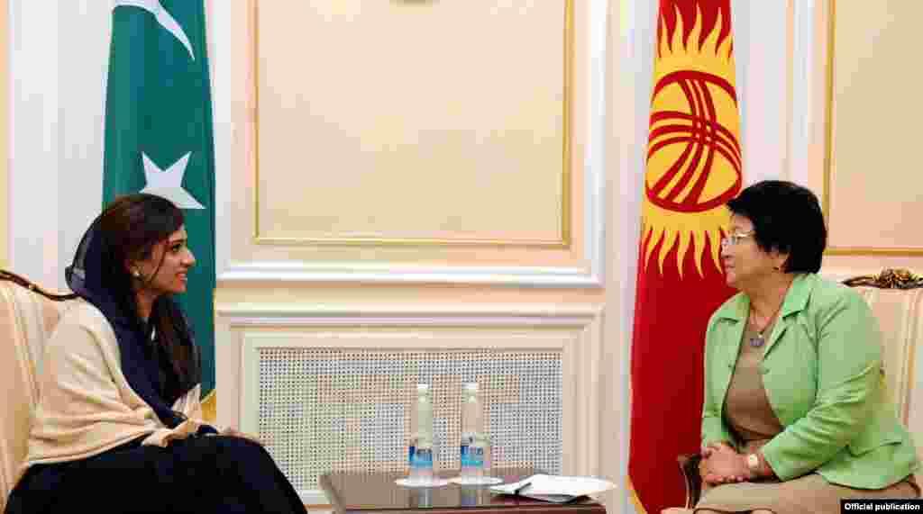 Глава МИД Пакистана Хина Раббани Кхар и президент Роза Отунбаева. Попытка стать непостоянным членом в Совете безопасности ООН была проиграна Пакистану.
