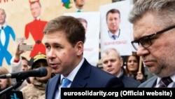 Ілля Новиков (л) та Ігор Головань (п) захищають Петра Порошенка від кримінальних переслідувань, які вони називають політичними