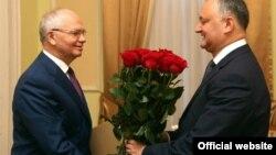 Ambasadorul Rusiei la Chișinău, Farit Muhametșin, felicitîndu-l pe Igor Dodon la 27 decembrie 2016