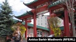Naša novinarka ispred kineskog restorana u Zagrebu