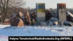 Знищений пам'ятник вбитим полякам у лютому 1944 року у тодішньому селі Гута Пеняцька, Бродівський район, Львівщина, 10 січня 2017 року