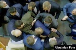 """Депутаты """"Оппозиционного блока"""", считающегося пророссийским, в Верховной Раде во время стычки со своими оппонентами"""