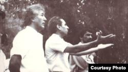 Tirkiş Jumageldi (ortada) Magtymgulynyň heýkeliniň ýanynda protest üýşmeleňinde çykyş edýär. Aşgabat. 1991 ý.