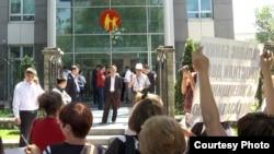 Активисты объединения неплатежеспособных заемщиков проводят акцию протеста перед филиалом коммерческого банка. Алматы, 7 мая 2013 года.